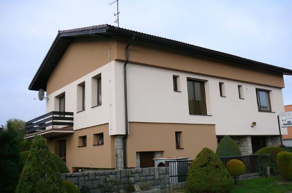 Příklad rodinného domu, který prošel větší změnou dokončené budovy: zateplením, výměnou oken i zdroje vytápění.