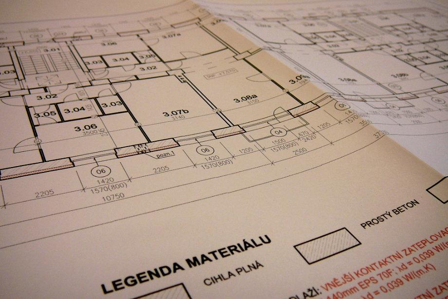 Projekt - pohled na půdorys bytového domu, třetí nadzemní podlaží. Na obrázku jsou červenou barvou vyznačeny změny - stavební úpravy.