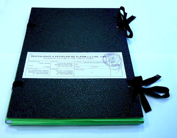 Desky s kompletní vytištěnou projektovou dokumentací. Projekt revitalizace/zateplení bytového domu ve Vlašimi.