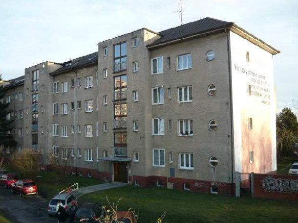 Příklad starého bytového domu v Kladně, který má velký potenciál pro dosažení úspor energie