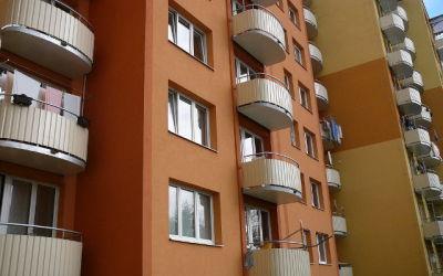 Panelový dům v Českých Budějovicích se zateplenou fasádou, vyměněnými okny a balkony. Energetická třída B - velmi úsporná budova.